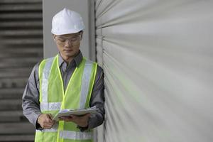 ingegnere industriale asiatico al lavoro foto
