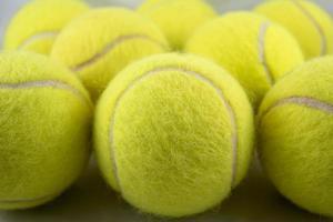 primo piano di formazione di palline da tennis foto