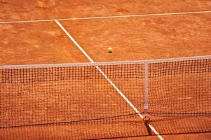 campo da tennis in terra battuta senza persone foto
