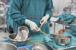 frega l'infermiere che prepara gli strumenti medici per l'operazione foto