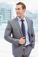 uomo d'affari astuto in tuta in ufficio foto