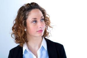 Ritratto isolato di una bellissima giovane donna esecutiva foto