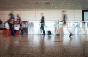 sfocatura movimento nelle ore di punta shopping aeroporto, stazione ferroviaria, londra foto