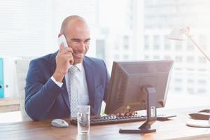 uomo d'affari sorridente al telefono foto