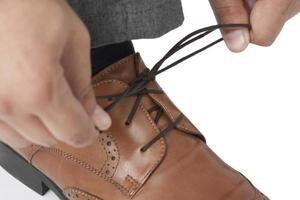 legare i lacci delle scarpe foto
