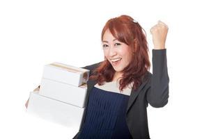 ragazza asiatica dell'ufficio soddisfatta delle scatole in sua mano foto