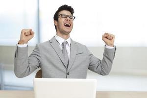 imprenditore di successo in ufficio foto