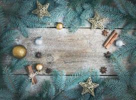 decorazioni natalizie (capodanno) sullo sfondo: rami di pelliccia, g foto