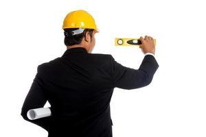 parte posteriore dell'uomo asiatico dell'ingegnere che misura con un livello foto