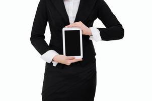 donna di affari che giudica compressa digitale isolata su fondo bianco foto