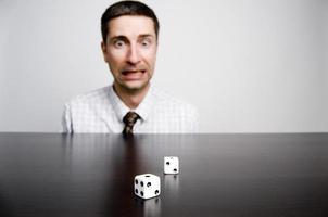 uomo d'affari gioco d'azzardo, lanciando dadi foto