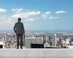 uomo d'affari in piedi sul tetto