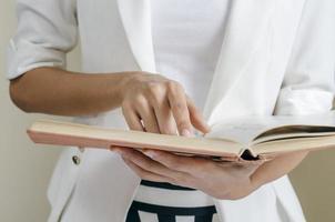 leggendo un manuale foto
