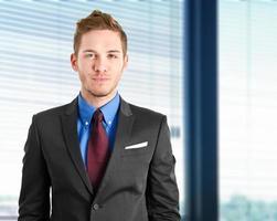 uomo d'affari sorridente nel suo ufficio foto