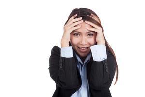 felice giovane imprenditrice asiatica con la mano sulla sua testa foto