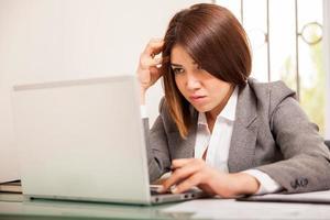 donna d'affari focalizzata sul lavoro foto