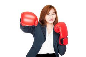 pugno asiatico felice della donna di affari con il guantone da pugile foto