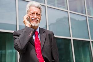 imprenditore di successo sta parlando sul suo smartphone foto