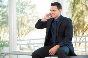 uomo d'affari su una chiamata foto