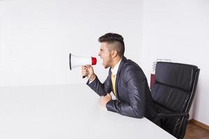 uomo d'affari che grida con un megafono foto