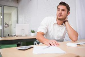 giovane uomo d'affari premuroso all'ufficio foto