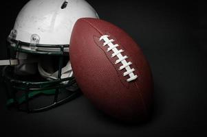 casco da football e palla foto