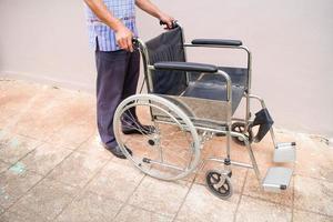 pazienti con sedia a rotelle del personale foto