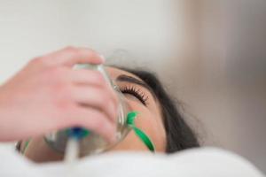paziente con maschera per ossigeno foto
