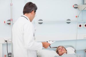 medico che parla con suo paziente foto