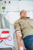 paziente maschio che riceve una trasfusione foto