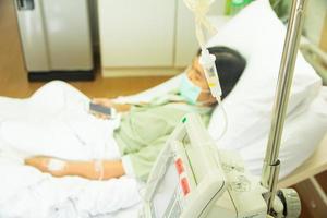 paziente ricoverato con flebo - immagine di riserva foto
