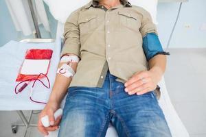 paziente maschio che riceve una trasfusione di sangue foto