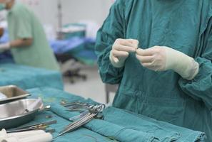 frega l'infermiere che prepara la soluzione medica foto