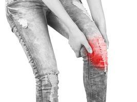 tenendo il pacchetto di gel di ghiaccio sul gomito. foto di concetto medico.