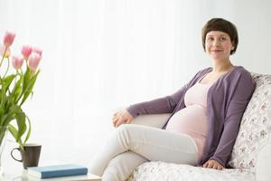 donna incinta rilassante foto