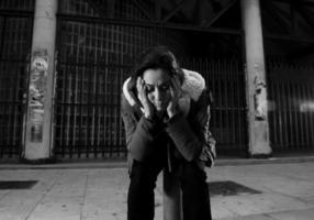 donna sola sulla strada che soffre di depressione alla ricerca triste triste disperata foto