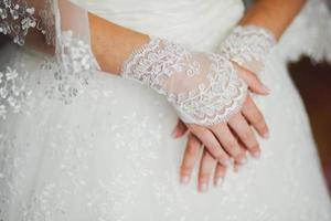 guanti da sposa in pizzo sulle mani della sposa, primo piano