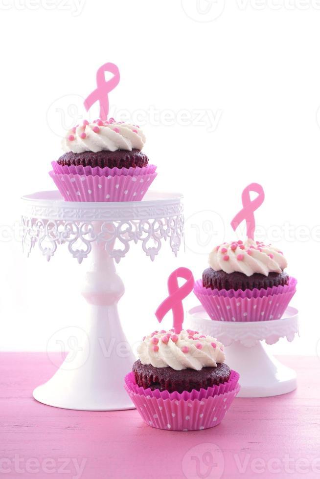 caridade de fita rosa para cupcakes de conscientização de saúde das mulheres. foto
