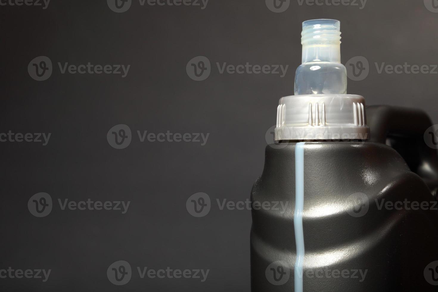 lata com óleo de motor de carro isolado foto
