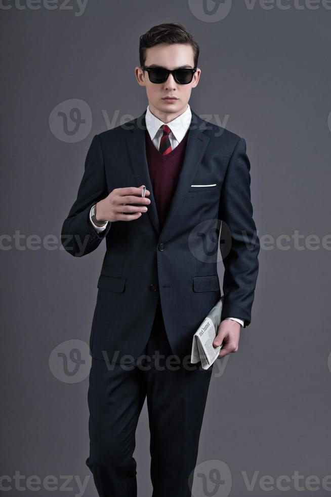 anos 50 retrô moda jovem empresário com óculos de sol pretos. foto
