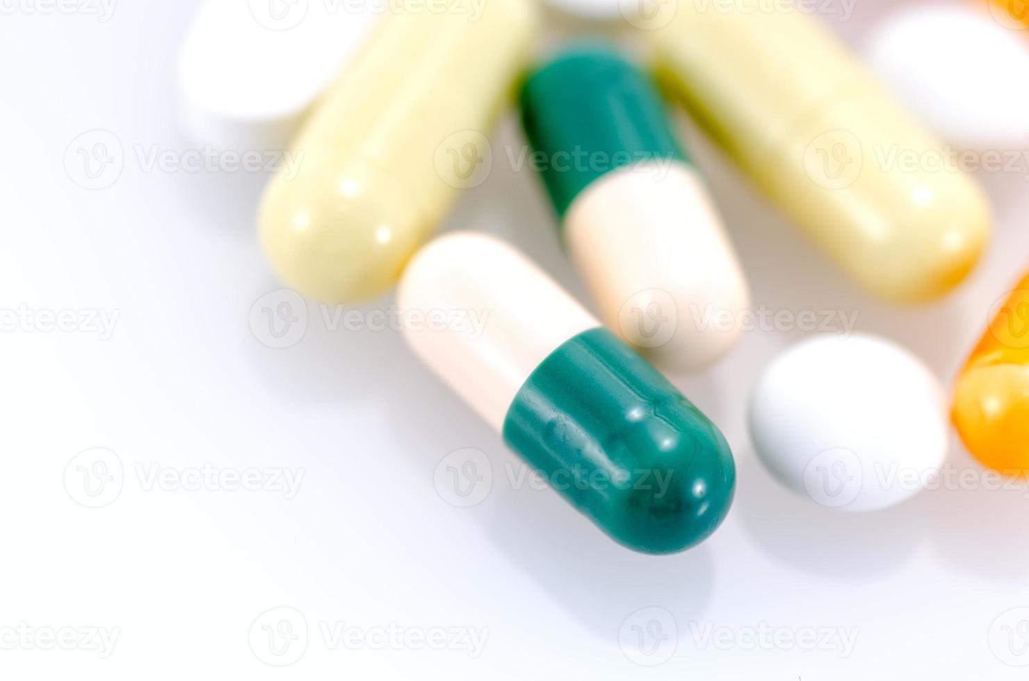 medicamento isolado em um fundo branco. foto