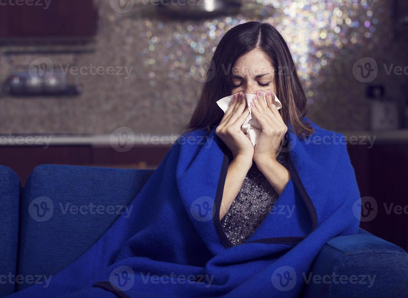 jovem doente está tossindo e soprando foto