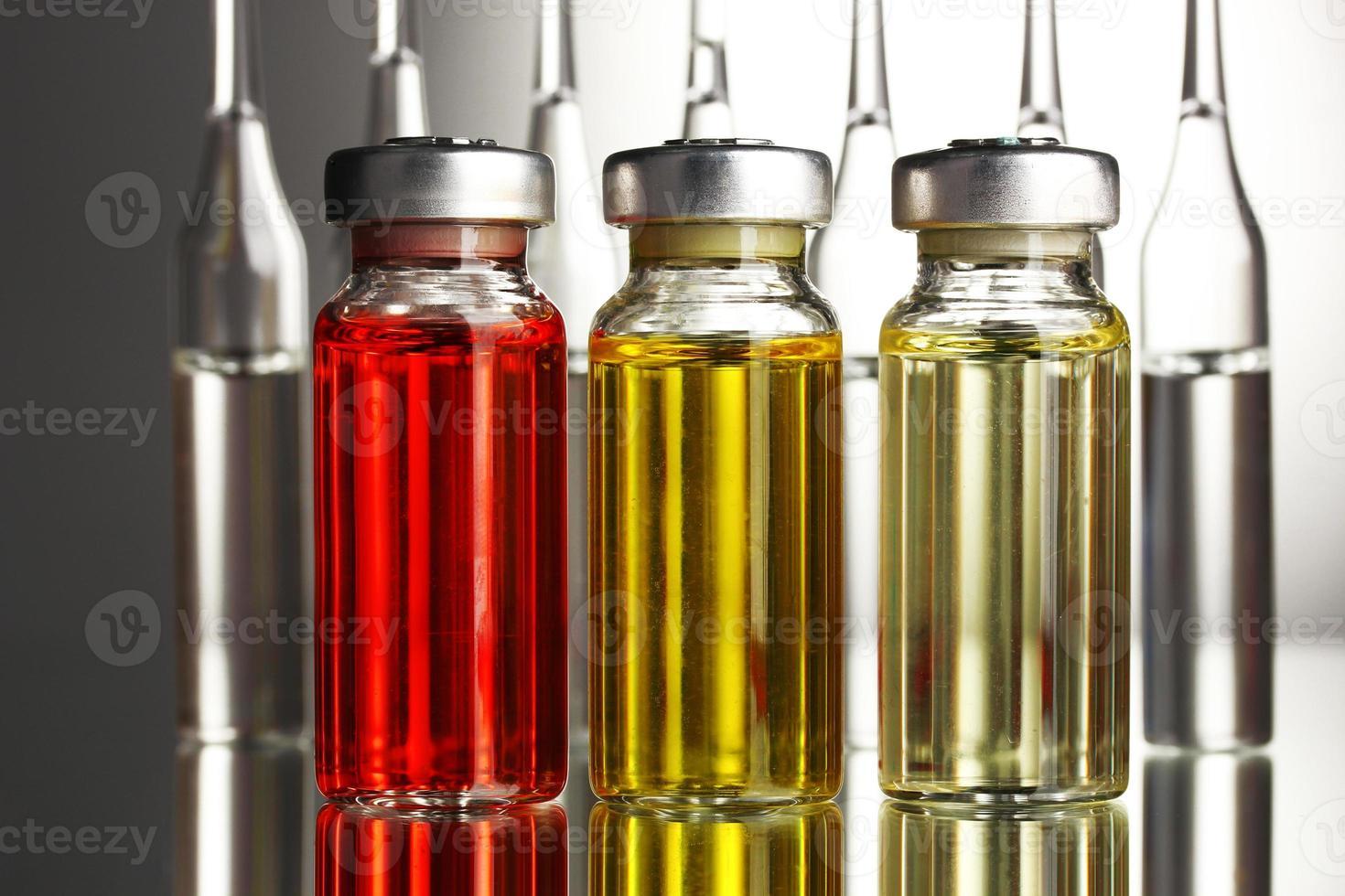 ampolas médicas sobre fundo cinza foto