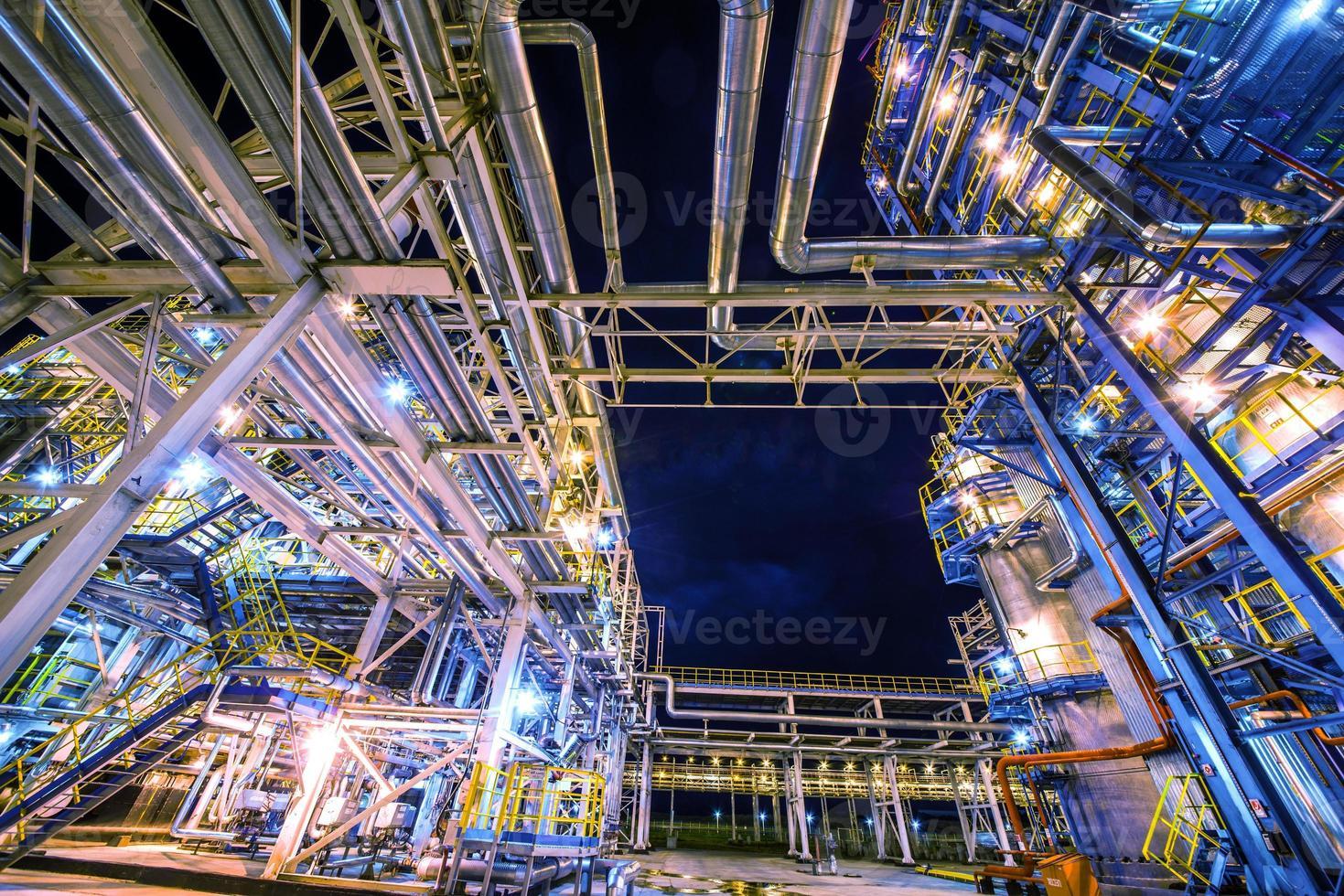 refinaria de petróleo à noite foto