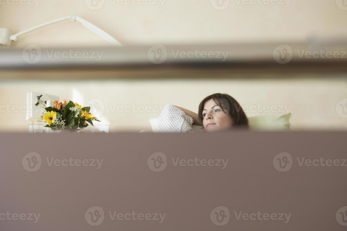paciente na cama de hospital foto