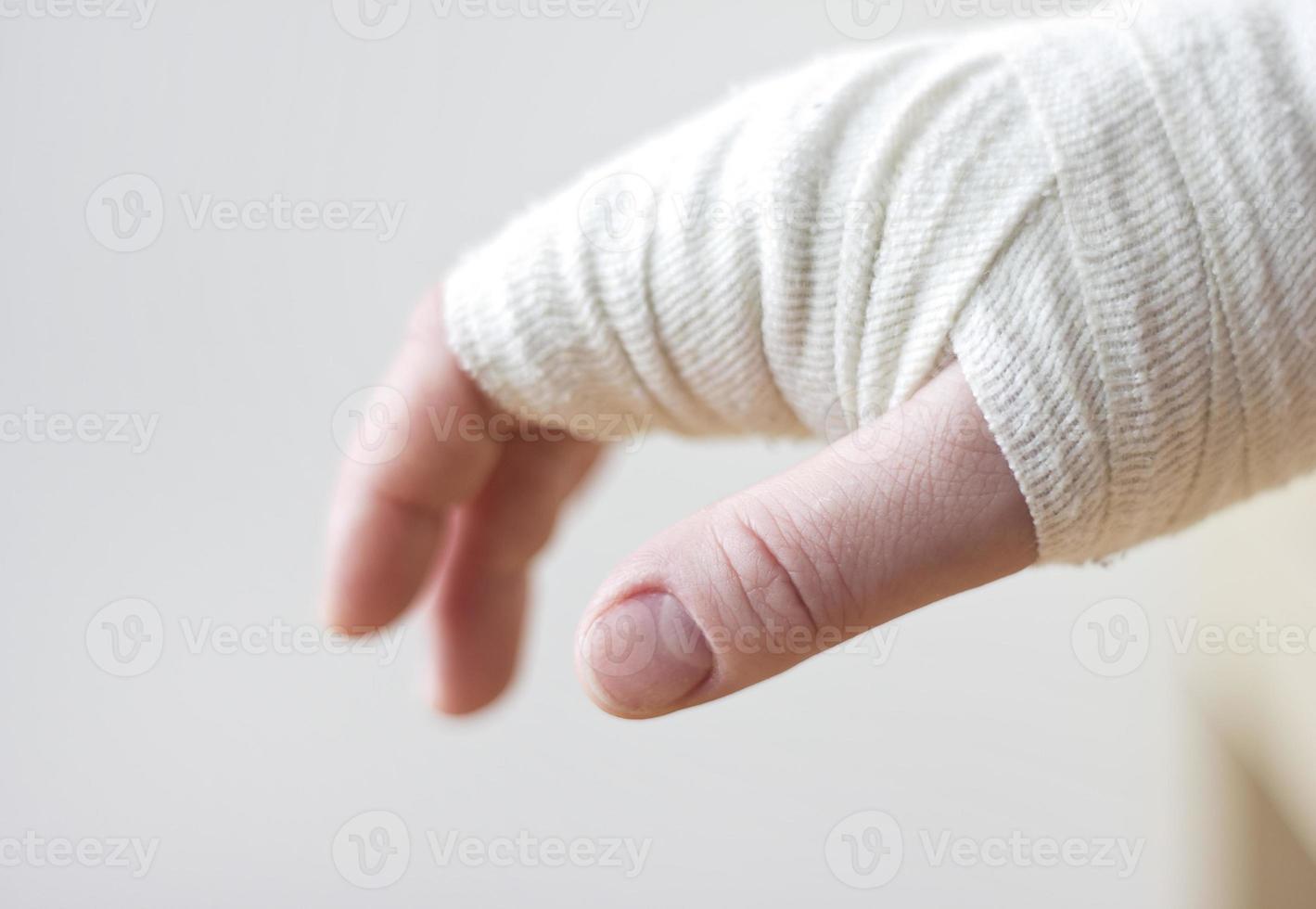 mão enfaixada foto