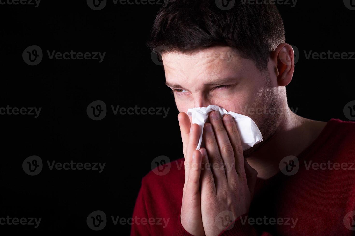 homem com corrimento nasal foto