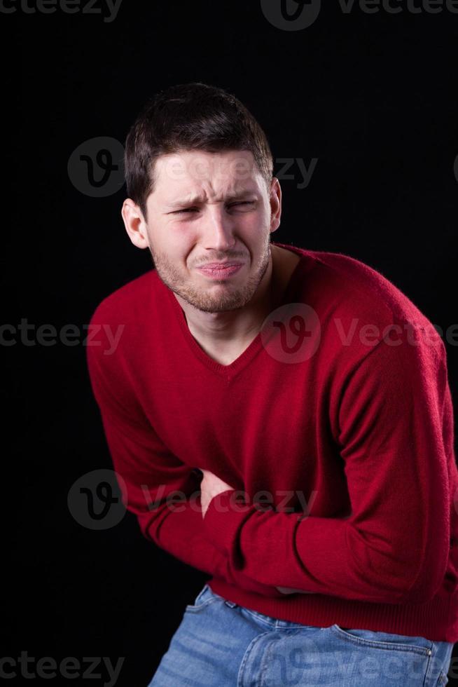 homem que sofre de dor de estômago foto