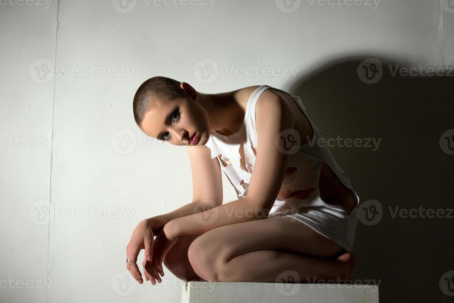 garota skinhead posando como paciente de asilo lunático foto
