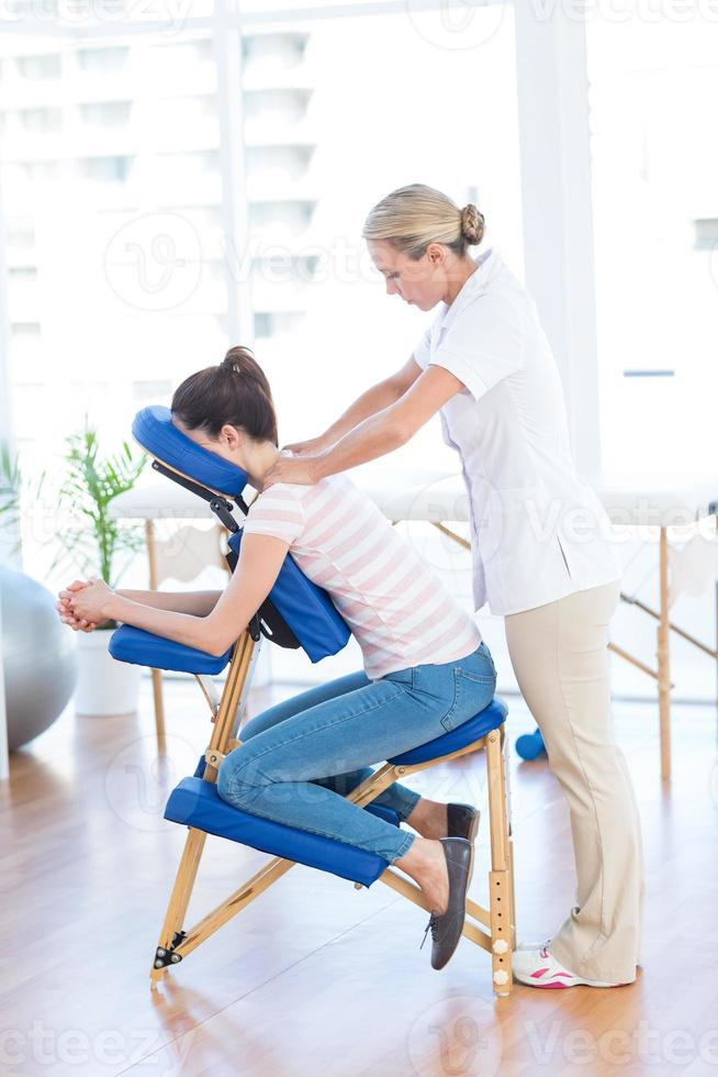 mulher tendo massagem nas costas foto